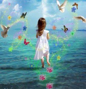enfant entouré de papillons lumineux et colorés représentant l'état de sérénité